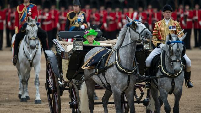 La reine Elizabeth II  procède à la traditionnelle revue des troupes, près de Buckingham Palace, le 11 juin 2016 à Londres [OLI SCARFF / AFP]
