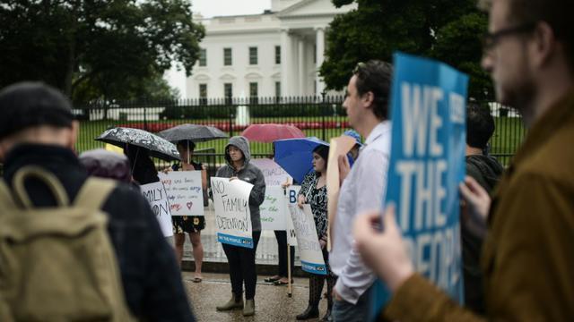 Des manifestants devant la Maison Blanche à l'appel de l'association pour les libertés civiles ACLU pour protester contre la séparation des familles à la frontière américano-mexicaine, le 22 juin 2018 [Eric BARADAT / AFP]