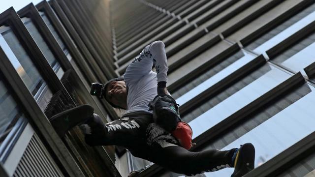 Le spiderman français Alain Robert escalade la Heron Tower à Londres, le 25 octobre 2018 [Daniel LEAL-OLIVAS / AFP]