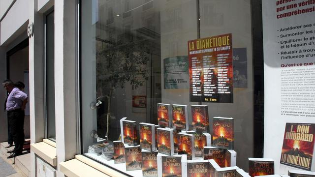 "Photo prise le 24 mai 2009 de la vitrine de l'Eglise de scientologie et de son ""Celebrity center"" dans la rue Legendre, à Paris [Joel Saget / AFP]"