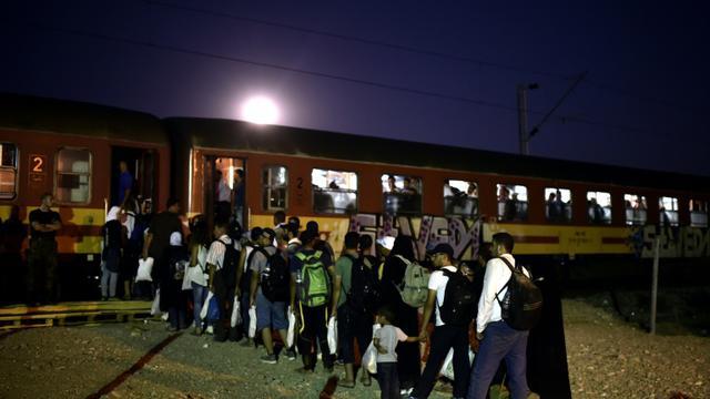 Un groupe de migrants montent dans un train   à Gevgelija, en Macédoine, le 29 août 2015 après avoir traversé la frontière grecque [ARIS MESSINIS / AFP]