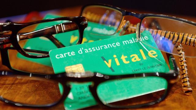 dec94304a50461 Lunettes présentées sur une carte Vitale d assurance maladie  Denis Charlet    AFP