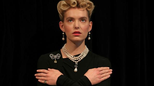 Un modèle porte des bijoux de Marie-Antoinette, notamment un collier orné d'une perle naturelle d'une taille exceptionnelle en forme de poire, lors d'une séance photo le 19 octobre 2019 à Londres [Daniel LEAL-OLIVAS / AFP/Archives]