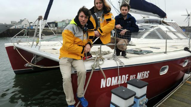 """L'ingénieur Corentin de Chatelperron (g), l'experte en développement Elaine Le Floch (c) et le directeur du projet de """"laboratoire low tech"""" Pierre-Alain Lévêque le 20 février 2016 à bord du """"Nomade des mers"""" à quai à Concarneau, dans le Finistère  [FRED TANNEAU / AFP]"""