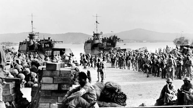 """Photo prise en août 1944 de troupes alliés débarquant à Saint-Tropez. Le 15 août 1944, 70 jours après le débarquement en Normandie, les troupes alliées prennent pied sur les côtes de Provence avec l'opération """"Dragoon"""" [ / OFF/AFP/Archives]"""