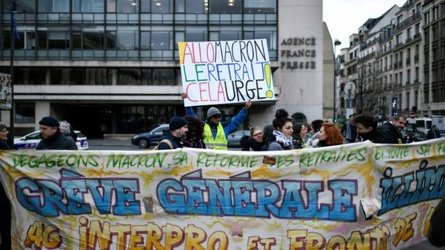 """Des """"gilets jaunes"""" manifestent place de la Bourse à Paris le 28 décembre 2019 [STEPHANE DE SAKUTIN / AFP]"""