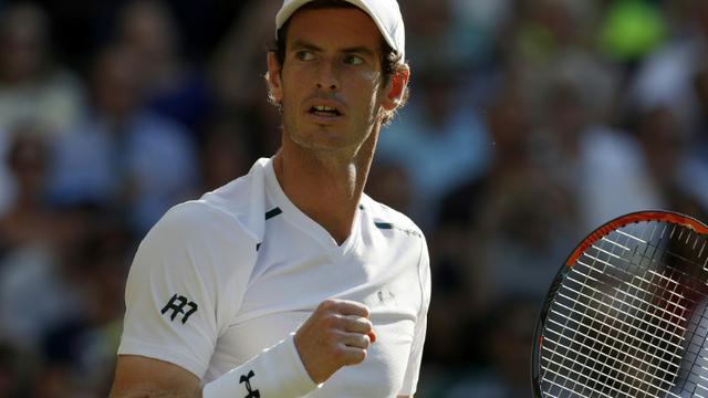 Le N.1 mondial écossais et tenant du titre Andy Murray face à l'Allemand Dustin Brown lors du 2e tour à Wimbledon, le 5 juillet 2017 [Adrian DENNIS / AFP]