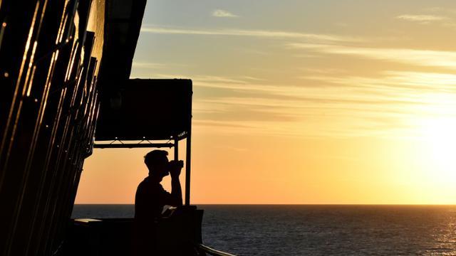 Un marin à bord du navire allemand Werra, surveille la Méditerranée le 30 septembre 2015 [Alberto Pizzoli / AFP/Archives]