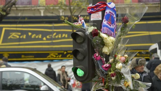 Des fleurs en hommage aux victimes, le 27 novembre 2015 devant le Bataclan à Paris [BERTRAND GUAY / AFP]