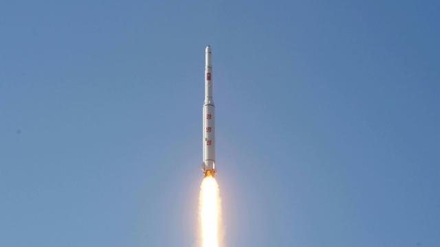 Photo fournie le 7 février 2016 par l'agence officielle nord-coréenne Kcna montrant le décollage d'une fusée emportant un satellite depuis un endroit non précisé [KCNA VIA KNS / KCNA/AFP]