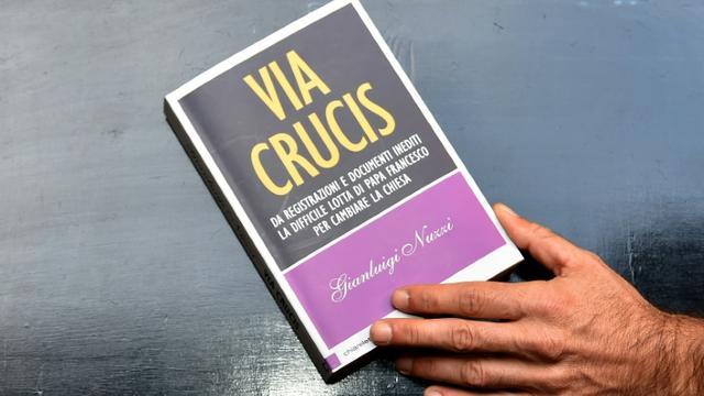 """Le livre """"Via crucis"""" est présenté à la presse à Rome le 2 novembre 2015 [ALBERTO PIZZOLI / AFP]"""