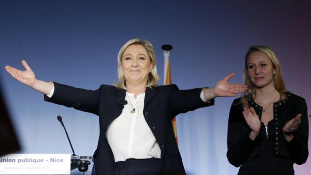 La présidente du FN Marine Le Pen (g) et la vice-présidente du parti Marion Maréchal-Le Pen durant une réunion publique à Nice, le 27 novembre 2015 [VALERY HACHE / AFP/Archives]