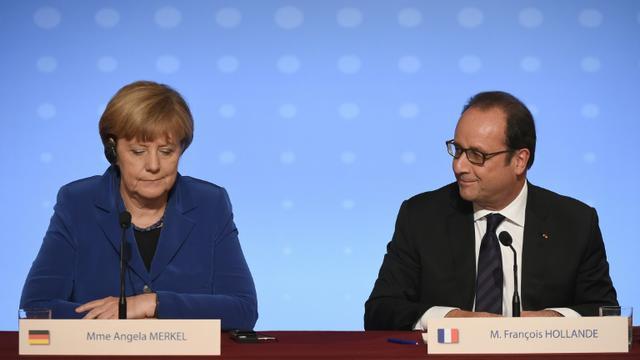 Angela Merkel (g) et François Hollande, le 2 octobre 2015 lors d'une conférence de presse commune à Paris  [STEPHANE DE SAKUTIN / AFP]