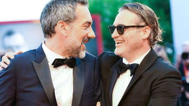 """Le réalisateur américain Todd Phillips (G) et l'acteur américain Joaquin Phoenix à la projection de """"Joker"""", leur film en compétition à la Mostra de Venise le 31 août 2019  [Vincenzo PINTO                 / AFP]"""