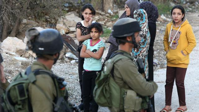 Des Palestiniens affluent dans la ville d'Hébron, en Cisjordanie, où un Palestinien a été tué après avoir tenté de poignarder un soldat israélien, le 28 octobre 2015 [HAZEM BADER / AFP]