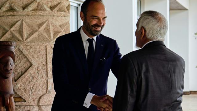e Premier ministre français Edouard Philippe (G) en visite le 5 novembre 2018 à Noumea, Nouvelle-Calédonie  [Theo Rouby / AFP]