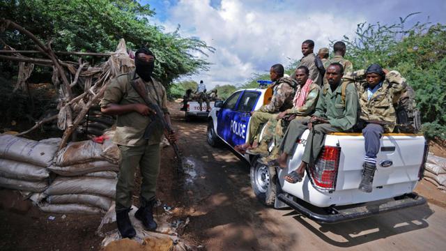 Des soldats somaliens patrouillent dans les environs de Mogadiscio, le 10 octobre 2015 [Mohamed Abdiwahab / AFP/Archives]