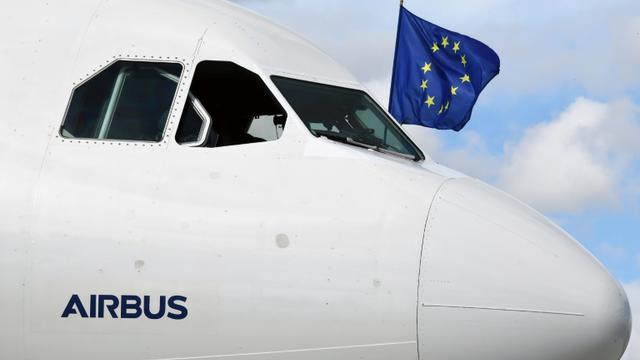 Un drapeau européen sort d'un cockpit d'Airbus A340-300 le 26 septembre 2017 à l'aéroport de  Toulouse-Blagnac airport.   [PASCAL PAVANI / AFP/Archives]