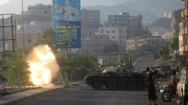 Tirs de chars de combattants fidèles au pouvoir au Yémen contre les rebelles Houthis dans la ville de Taez (sud), le 30 mai 2019 [Ahmad AL-BASHA / AFP/Archives]