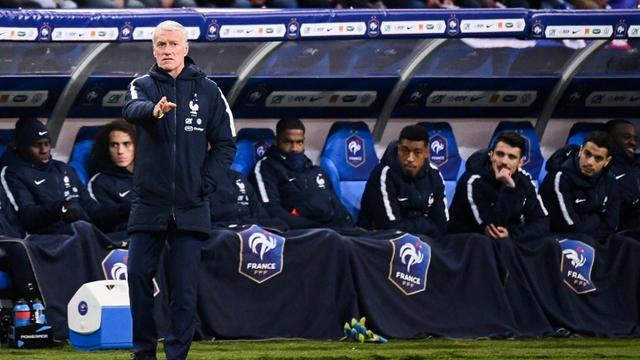 Le sélectionneur des Bleus Didier Deschamps donne des instructions lors du match contre la Moldavie en qualif pour l'Euro-2020 au Stade de France, le 14 novembre 2019 [FRANCK FIFE / AFP]