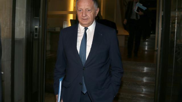 Le président de l'Olympique Lyonnais Jean-Michel Aulas quitte les locaux de la Ligue de football professionnel à Paris, où il a été entendu par la commission de discipline, le 29 octobre 2015 [THOMAS SAMSON / AFP]