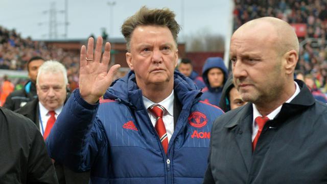 L'entraîneur de Manchester United Louis van Gaal (c) quitte le stade de Stoke City après la défaite de son équipe, le 26 décembre 2015 à Stoke-on-Trent [PAUL ELLIS / AFP]