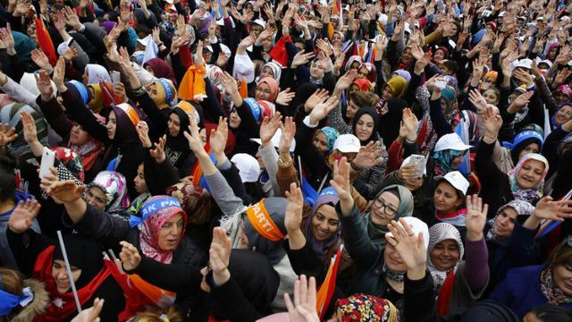 Les militants du parti au pouvoir AKP attendent l'arrivée du Premier ministre turc à Ankara le 31 octobre 2015 [ADEM ALTAN / AFP]