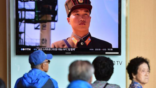 Des Sud-coréens regardent un reportage à la télévision, annonçant le redémarrage d'un réacteur nucléaire par la Corée du Nord, dans une gare le 15 septembre 2015 à Séoul [JUNG YEON-JE / AFP]