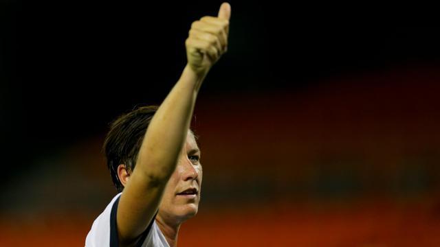 L'attaquante américaine Abby Wambach remercie le public après la victoire des Etats-Unis contre Mexico 7-0 lors d'un match amical, le 3 septembre 2013 à Washington [Patrick Smith / GETTY IMAGES NORTH AMERICA/AFP]