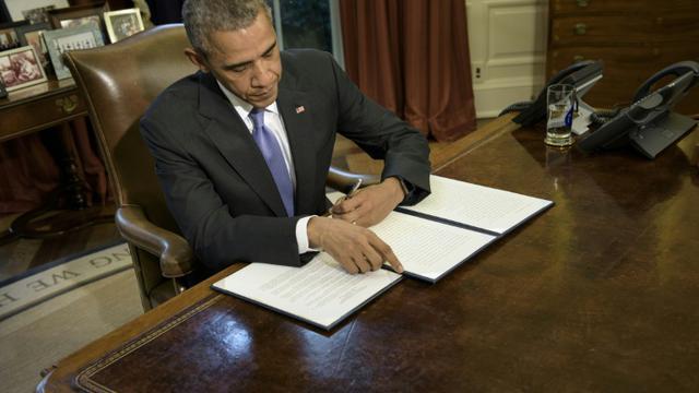 Le président américain Barack Obama signe le 22 octobre 2015 à Washington devant la presse son veto à une proposition de loi de budget de la Défense [BRENDAN SMIALOWSKI / AFP]
