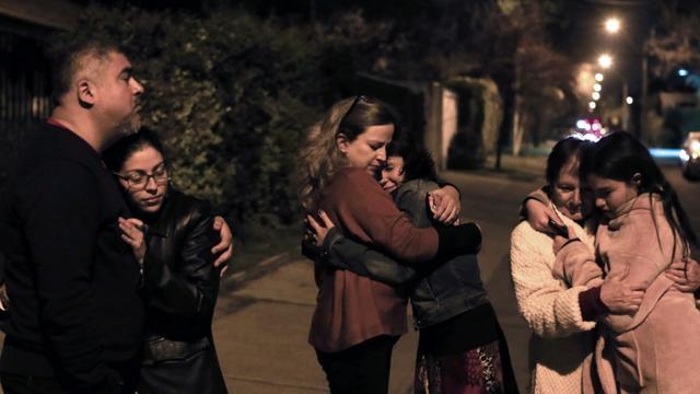 Des personnes évacuées dans la rue le 16 septembre 2015 à Santiago au Chili en raison d'un puissant séisme [ALEJANDRO RUSTON / AFP]