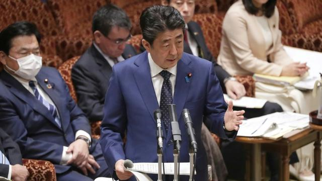 Le Premier ministre japonais Shinzo Abe devant le Parlement à Tokyo le 23 mars 2020 [- / JIJI PRESS/AFP]