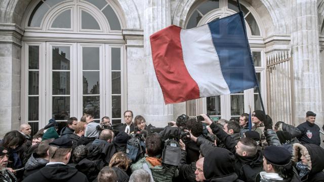 Un groupe devant le tribunal de Boulogne-sur-Mer, où sont jugés plusieurs personnes accusées d'avoir participé à une manifestation interdite contre les migrants, le 8 février 2016 [PHILIPPE HUGUEN / AFP]