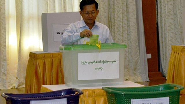 Le chef de l'armée birmane, le général Min Aung Hlaing, vote le 8 novembre 2015 à Naypyidaw [HO / COMMANDER-IN-CHIEF OFFICE/AFP/Archives]