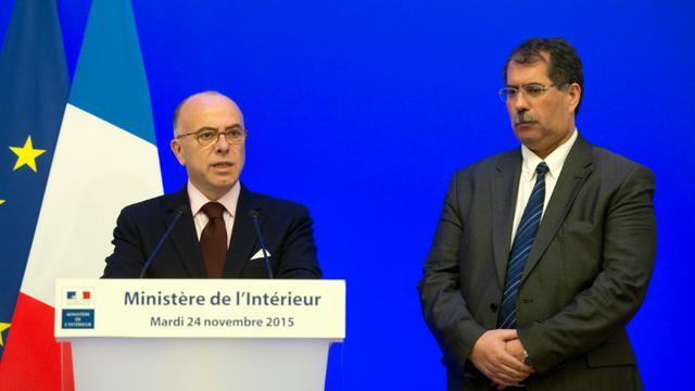 Le ministre de l'Interérieur Bernard Cazeneuve et le président du CFCM Anouar Kbibech lors d'une conférence de presse à Paris, le 24 novembre 2015 [ALAIN JOCARD / AFP]