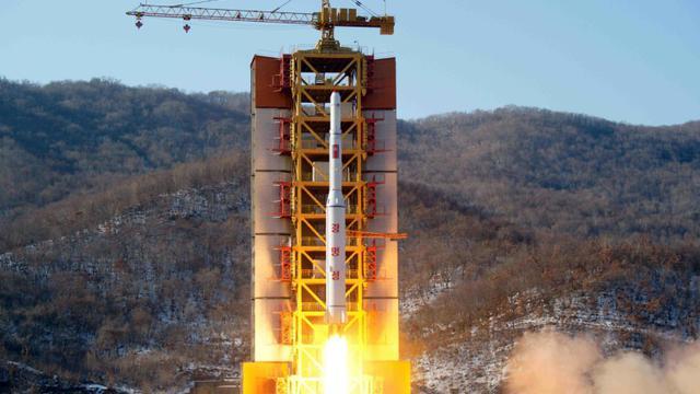 Photo fournie le 7 février 2016 par l'agence officielle nord-coréenne montrant le décollage d'une fusée emportant un satellite depuis un endroit non précisé [KCNA VIA KNS / KCNA/AFP]