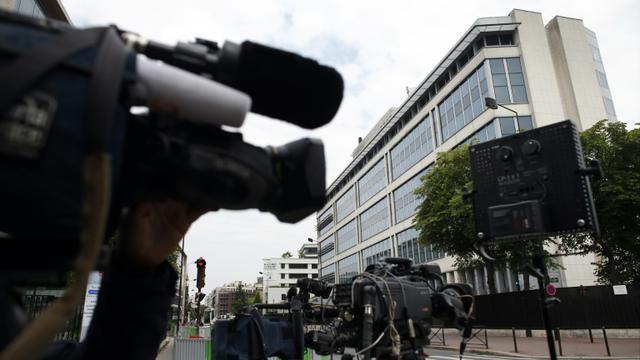 Des journalistes le 1er juin 2014 devant le siège de la DCRI à Levallois-Perret [Thomas Samson / AFP]