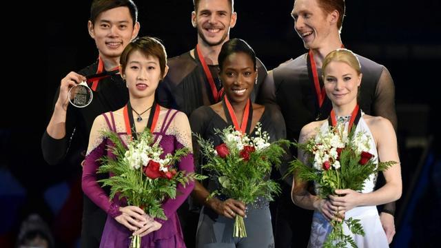 Morgan Ciprès et Vanessa James (c) sur le podium de la finale du Grand Prix de patinage artistique, le 8 décembre 2018 à Vancouver [Don MacKinnon / AFP]