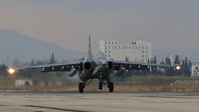 Un bombardier Sukhoi Su-34 de l'armée russe atterrit sur la basse russe de Hmeimim, au nord-ouest de la Syrie, le 16 décembre 2015 [Paul GYPTEAU / AFP/Archives]