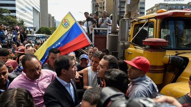 L'opposant vénézuélien Juan Guaido entouré par des partisans lors d'un rassemblement à appel des routiers, le 20 février 2019 à Caracas [Federico Parra / AFP]