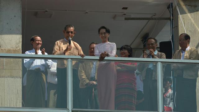 L'opposante birmane Aung San Suu Kyi sur le balcon du siège de la LND, le 9 novembre 2015 à Rangoun [Phyo Hein Kyaw / AFP]