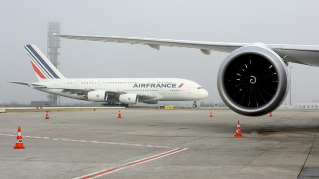 Un A380 d'Air France sur le tarmac de l'aéroport Charles-de-Gaulle, à Roissy, le 2 décembre 2016 [ERIC PIERMONT / AFP/Archives]