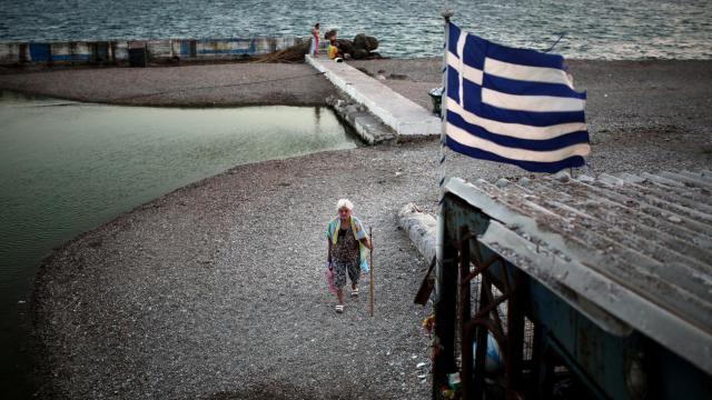 Le drapeau grec flotte sur le rivage le 21 juillet 2014 à Athènes [Angelos Tzortzinis / AFP/Archives]