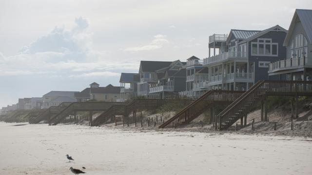 Les maisons en bois typiques des plages de la région, comme ici à Topsail Island, en Caroline du Nord, le 12 septembre 2019 [Logan Cyrus / AFP]