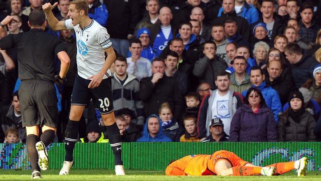 Le gardien de Tottenham Hugo Lloris (g), à terre, après un choc avec l'attaquant belge d'Everton Romelu Lukaku, le 3 novembre 2013 à Liverpool  [Paul Ellis / AFP/Archives]