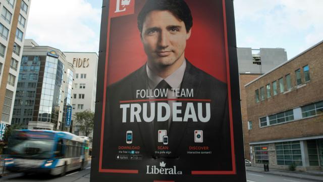 Une affiche électorale du dirigeant du Parti libéral canadien Justin Trudeau, dans une rue de Montréal, le 17 octobre 2015 [NICHOLAS KAMM / AFP]