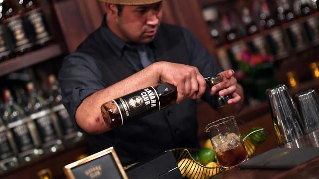 Un barman prépare un cocktail avec du rhum Havana Club Bacardi, le 3 avril 2018 à New York [ANGELA WEISS / AFP]