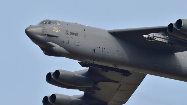 Le bombardier B52 Stratofortress survole la base aérienne d'Osan, le 10 janvier 2016 [JUNG YEON-JE / AFP]