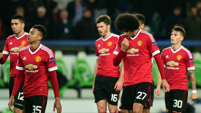 Les joueurs de Manchester United après leur défaite face à Wolfsburg et leur élimination en Ligue des champions, le 8 décembre 2015 [JOHN MACDOUGALL / AFP]