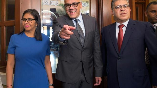 La présidente de l'Assemblée constituante vénézuelienne Delcy Rodriguez, le maire de la commune de Libertador, Jorge Rodriguez et le ministre vénézuelien de l'Education Elias Jaua, à Saint-Domingue avant une réunion avec les membres de l'opposition vénézuelienne, le 1er décembre 2017. [Erika SANTELICES / afp/AFP]